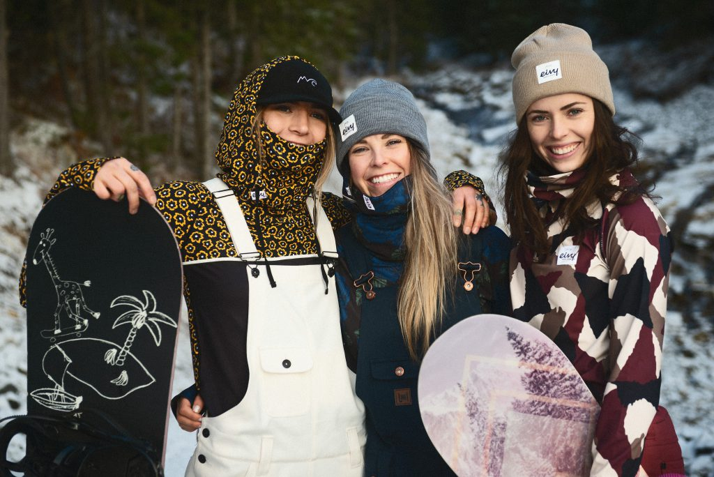 Outdoor fashion girls with snowboards in Åre